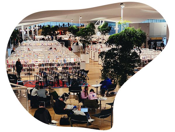 Ihmisiä kirjastossa
